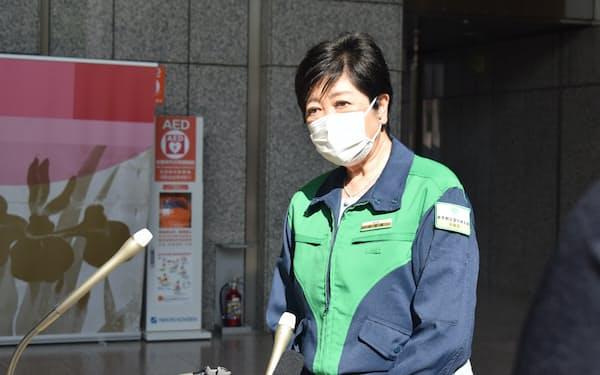 25日午後、記者団の取材に応じる小池知事(東京都庁)
