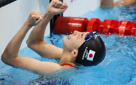 女子400メートル個人メドレーで金メダルを獲得し、ガッツポーズする大橋