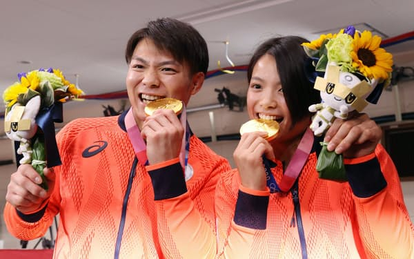 きょうだいで同日に金メダルを獲得した柔道男子66㌔級の阿部一二三㊧と女子52㌔級の詩