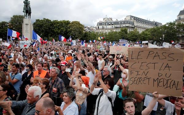 フランス・パリではコロナ規制に反対するデモが起きた(24日)=ロイター