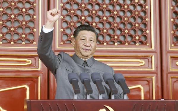 中国共産党創立100年の大会の演説で、拳を振り上げる習近平共産党総書記(7月、北京)=新華社・共同