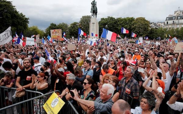ワクチン接種の提示義務に反対するデモ(24日、パリ)=ロイター