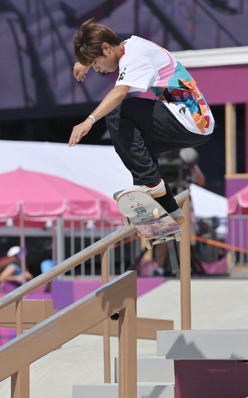 スケートボード男子ストリートの堀米選手の演技(25日、東京都江東区)