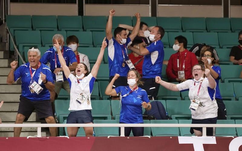 柔道会場で、スタンドから声を上げて応援する海外選手の関係者(24日、日本武道館)=共同