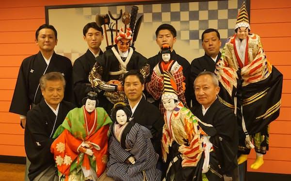 前列右から桐竹勘十郎、吉田一輔、吉田玉男。後列は弟子たち。左端は今回の公演を企画した吉田玉翔。