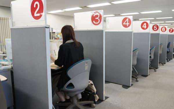 東京新卒応援ハローワークを利用する就活生(東京・新宿)