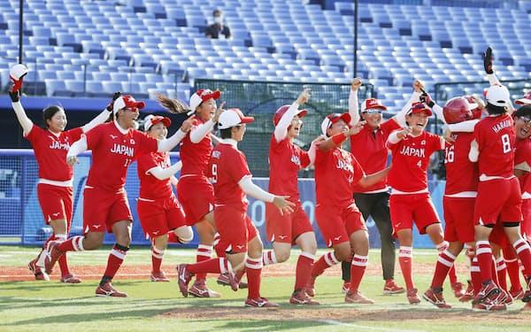 金メダルを目指す上野(左から2人目)、後藤(同4人目)らソフトボールの日本ナイン=共同