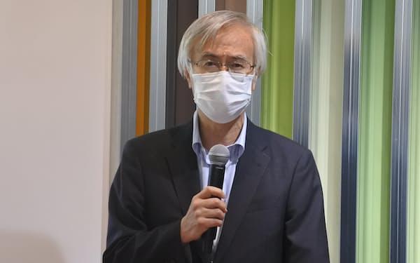 スタートアップの創出支援について説明する九州工業大の尾家学長(26日、北九州市)