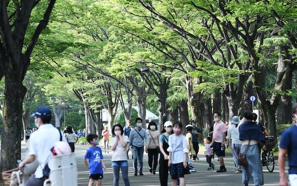 駒沢オリンピック公園で休日を楽しむ人たち(2021年5月、東京都世田谷区)