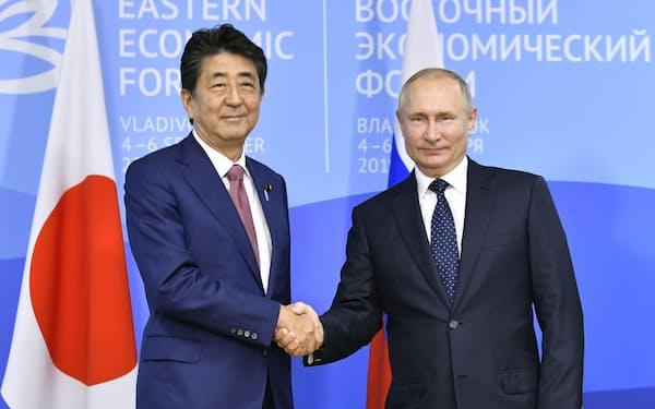2019年9月、会談前に握手するロシアのプーチン大統領(右)と安倍首相=ロシア・ウラジオストク(共同)