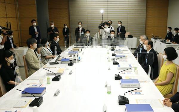 首相官邸で開かれた皇位継承のあり方に関する有識者会議(26日)