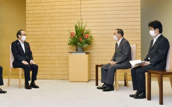 菅首相(右から2人目)らと面会する(左端から)広島県の湯崎英彦知事と広島市の松井一実市長=26日午後、首相官邸
