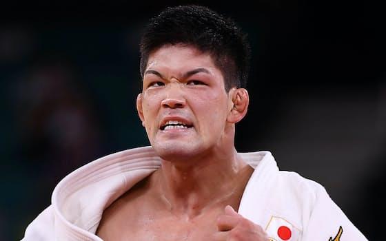 男子73キロ級決勝、延長でジョージア選手を破り、2大会連続で金メダルを獲得した大野将平(26日、日本武道館)=ロイター