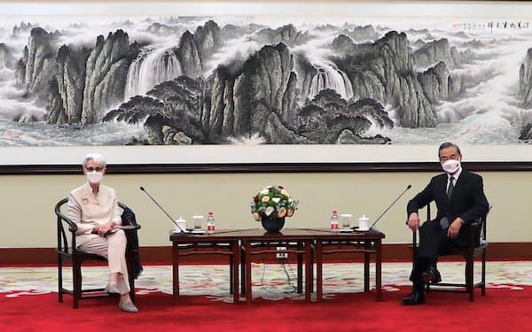 シャーマン米国務副長官(左)と会談する王毅外相兼国務委員(天津)=米国務省・AP