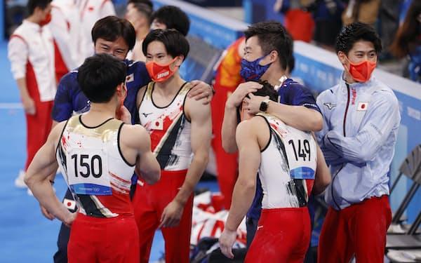 体操男子団体総合の演技を終え、笑顔を見せる日本代表