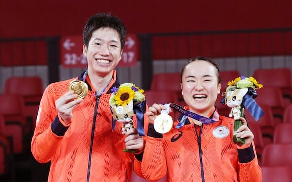 混合ダブルスの表彰式で金メダルを手にし、笑顔をみせる水谷(左)と伊藤