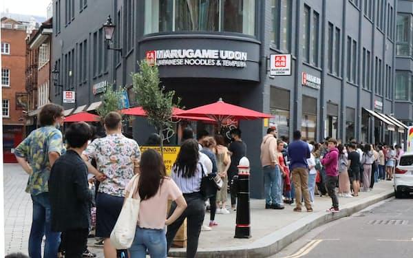 丸亀製麺の英国1号店には長蛇の列ができた(26日、ロンドン)