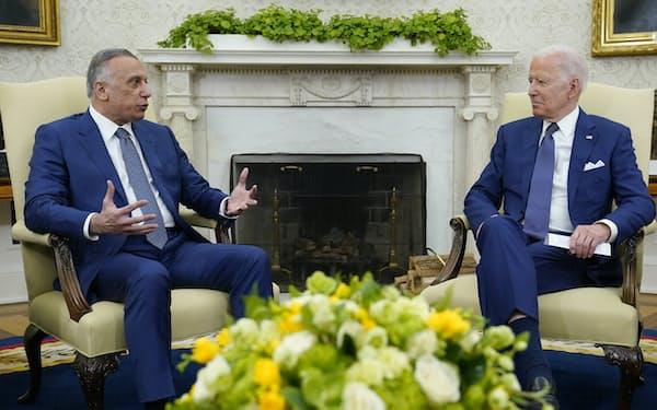 26日、バイデン米大統領(右)はイラクのカディミ首相との会談で、テロとの戦いに関与を続けると強調した(ホワイトハウス)=AP