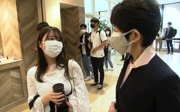 増田さん㊨はマイボトルを活用している学生に話を聞いた(関学大神戸三田キャンパス)=BSテレビ東京提供