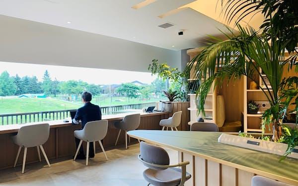 広く取った窓からは、軽井沢の緑が楽しめる(軽井沢プリンス ザ ワーケーション コア)