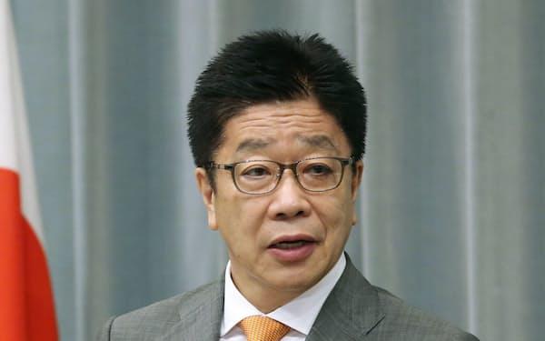 記者会見する加藤官房長官(27日午前、首相官邸)=共同