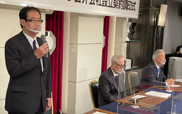 記者会見する北越メタルの棚橋社長(左端)ら(27日、新潟県長岡市)