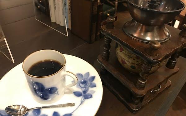 黒澤文庫では自席でコーヒー豆をひくこともできる
