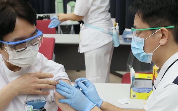 ワクチン接種を受ける病院職員(3月、東京都文京区)