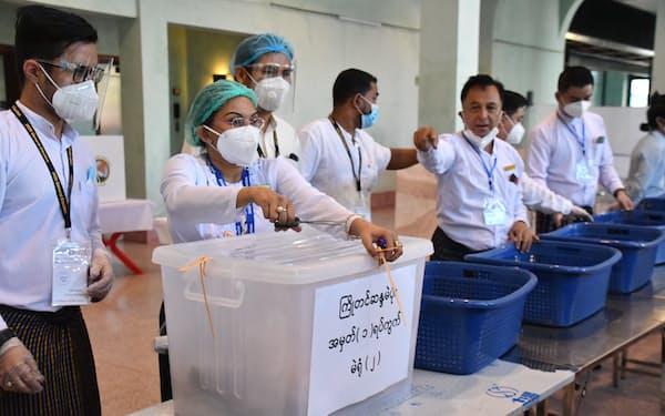 総選挙が終わり、投票箱を開ける選管のスタッフ(2020年11月、ヤンゴン)