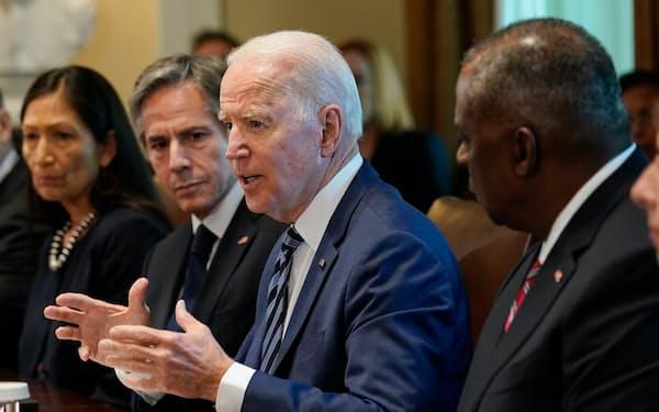 バイデン米大統領(中央)は中国との競争に注力する(20日、ワシントン)=AP