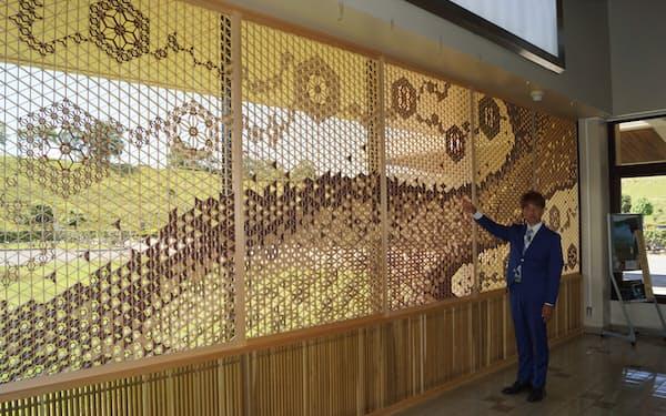 萩・石見空港で完成した組子細工の作品について説明する吉原木工所の吉原敬司社長