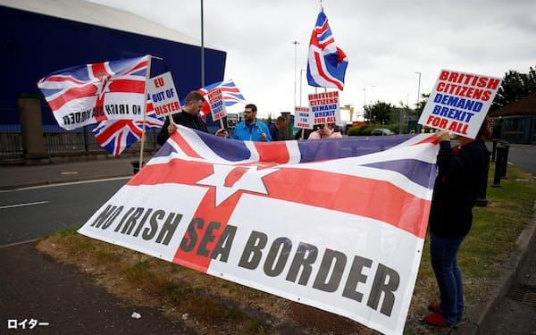 3日、英領北アイルランドのベルファストで北アイルランド議定書に反対する人々=ロイター