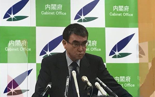 記者会見に臨む河野規制改革相(7月27日)