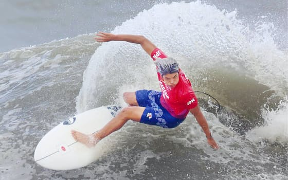 サーフィン男子決勝で波を攻める五十嵐