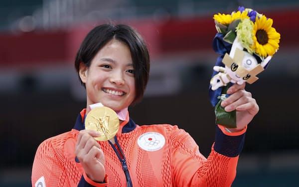初々しい笑顔で金メダルを掲げる阿部詩