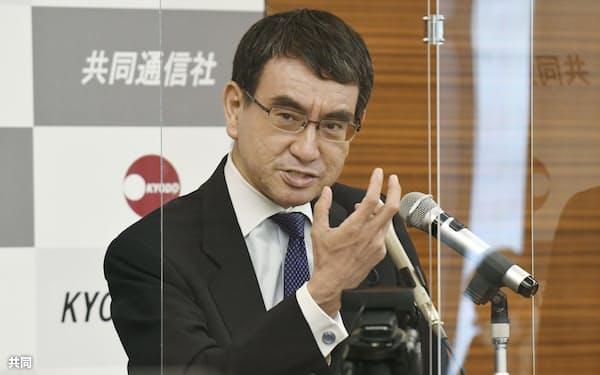 河野太郎規制改革相(15日午後、東京都港区)=共同