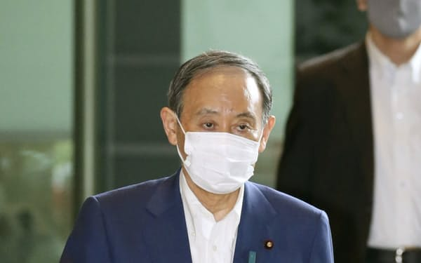 首相官邸に入る菅首相(27日午前)=共同