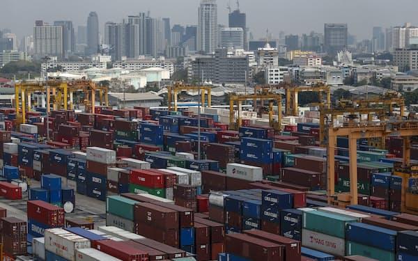 新型コロナウイルスの感染拡大が続く中でも、東南アジアの輸出は好調を維持する(写真はバンコクの港)=ロイター