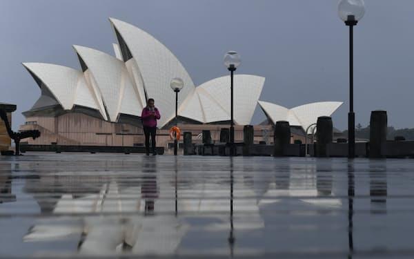 閑散とするシドニーのオペラハウス前(7月10日)=AAP
