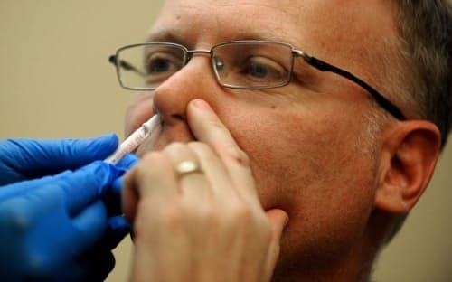 研究者たちは、経鼻ワクチンが新型コロナウイルスの感染をどの程度防ぐことができるかを調査している。(PHOTOGRAPH BY RJ SANGOSTI, THE DENVER POST, GETTY IMAGES)