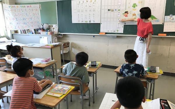 日本語の授業を毎日受けている小1の児童(7月12日、横浜市中区)