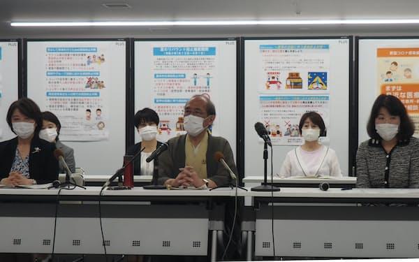 記者会見を開いた京都市の門川大作市長(中央)と大学の代表者ら(28日、京都市)