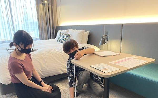客室内の家具の寸法を測る大阪芸術大の学生