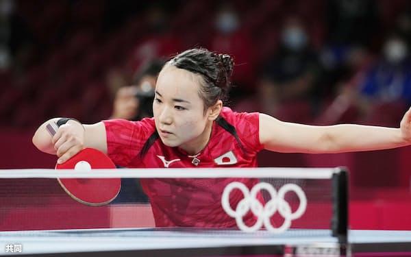 女子シングルス準々決勝で韓国選手と対戦する伊藤美誠=共同