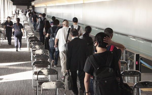 一時帰国する邦人を巡り、受け入れトラブルも目立つ(千葉県成田市)=共同