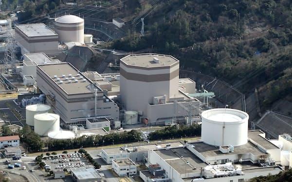 日本原子力発電の敦賀原子力発電所の(左から)1号機、2号機。日本原子力研究開発機構の新型転換炉「ふげん」(右端)=福井県敦賀市