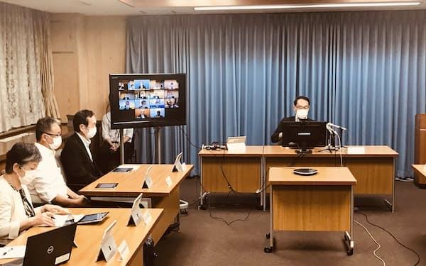 新型コロナウイルスに関する専門家会議に出席する埼玉県の大野元裕知事(右上、28日、埼玉県庁)