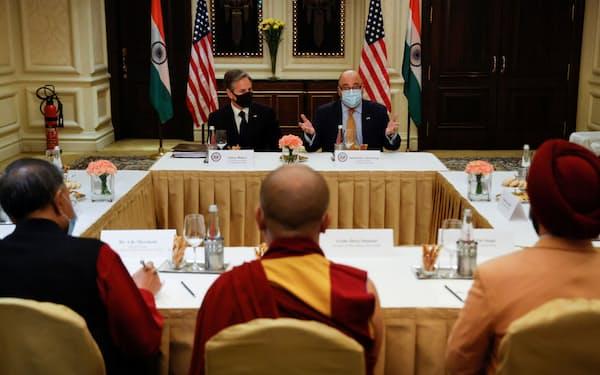 ブリンケン米国務長官(左奥)はチベット亡命政府代表と面会した=ロイター