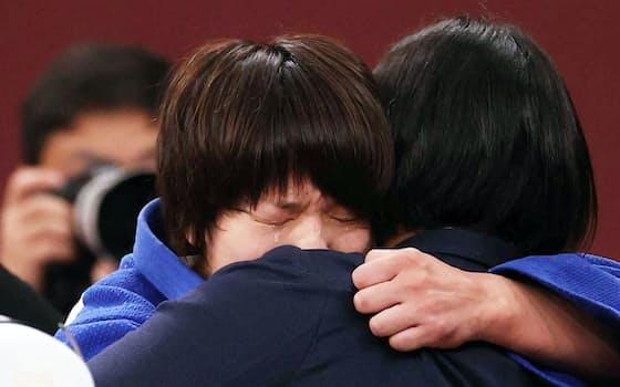 優勝し、上野コーチと抱き合って涙を流す新井