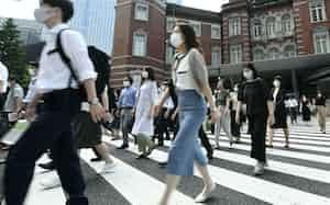 マスク姿で職場に向かう人たち(12日午前、東京・丸の内)